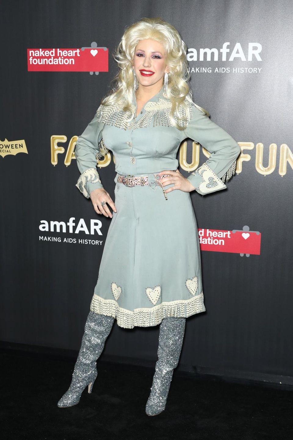 Sängerin Ellie Goulding erscheint als Dolly-Parton-Lookalike im Country-Style.