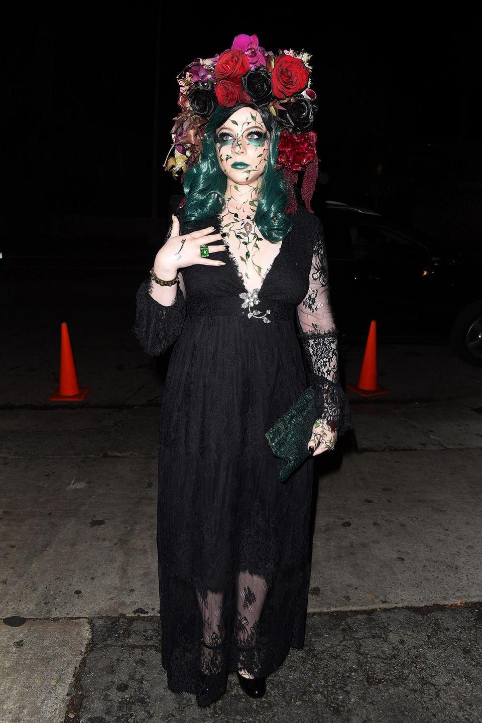 """Auch Schauspielerin Michelle Trachtenberg (""""Buffy"""", """"Gossip Girl"""") ist zur """"Just Jared""""-Party geladen und sieht wahrlich zum Fürchten aus: Mit ausgefallenem Make-up, XXL-Blumenkopfschmuck und schwarzem Kleid ist sie die perfekte Gothic-Braut."""