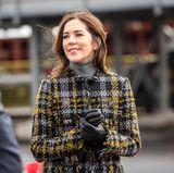 Prinzessin Mary trägt bei der Einweihung eines Gas- und Ölkraftwerkes im dänischen Fredericia eine Karo-Wolljacke aus der Kollektion H&M x Erdem für 150 Euro. Für eine Prinzessin ein echtes Schnäppchen. Die Jacke ist ab dem 2. November in H&M-Filialen erhältlich.