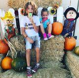 Eis geht immer: Kendra Wilkinsons Kinder lassen sich ihr Eis trotz Herbststimmung schmecken.
