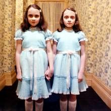 """Diese Zwillinge aus Stephen Kings """"The Shining"""" sind nicht so harmlos wie sie zunächst aussehen. In der Verfilmung von Stanley Kubrick jagen Lisa und Louise Burns den Zuschauern ordentlich Angst ein. Heute ist das gruselige Duo ein beliebtes Kostüm an Halloween."""
