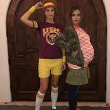 """Jessica Alba baut ihre Schwangerschaft in ihr Halloween-Kostüm ein und geht gemeinsam mit Freundin Kelly Sawyer als """"Juno"""" und Freund""""Bleeker""""."""