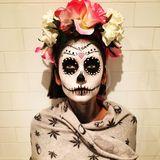 Nina Dobrev ist mit Totenkopfgesicht und Blütenkranz startklar für Halloween.