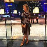 """""""Der perfekte Schwangerschafts-Look - Längsstreifen und ein Gürtel um die Taille"""" schreibt Cathy Hummels zu diesem Instagram-Posting. Auch dieses Kleid ist wieder ein Schnäppchen von Zara."""