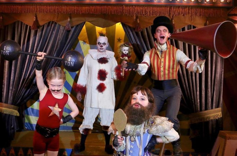 Neil Patrick Harris und seine Liebsten verkleiden sich als gruselige Zirkus-Familie.