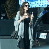 Diese aktuellen Bilder von Schauspielerin Angelina Jolie lassen ihr Umfeld sicherlich ein wenig aufatmen. Nach all den Mager-Schlagzeilen zeigt sich die hübsche Brünette nicht nur in einem tollen Look, sondern auch mit einem dicken Eis in der Hand.