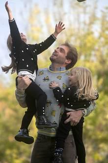 28. Oktober 2017  Immer wieder verwöhnt uns die Familie Hunziker-Trussardi mit zauberhaften Fotos beim Spielen mit ihren Kids. Auf einem Spielplatz in Bergamo tobt Tomaso mit den Töchtern Sole und Celeste und Mama Michelle bekommt später von Sole selbstgepflückte Blumen geschenkt. Alles scheint bei diesem Anblick wie immer ...
