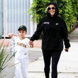 Tagsüber schlendert Dreifach-Mama Reese Witherspoon mit ihrem jüngsten Sohn Tennessee James im sportlichen Lässig-Look durch Brentwood in Los Angeles.