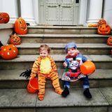 Lula und Sailor in lustigen Halloweenverkleidungen vor dem bestens dekorierten Hauseingang: David Gardner und Schauspielerin Liv Tyler sind stolze Eltern dieser süßen Zwerge.