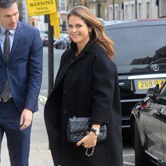 Schwarz macht schlank - aber nicht, wenn man so schön schwanger ist wie Prinzessin Madeleine. Ihr Komplettlook in Schwarz wird durch die edle Handtasche von Chanel und ihr strahlendes Lächeln zu einem furiosen Styling-Erfolg.