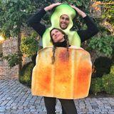 2017  Zum Anbeißen: Gisele Bündchen und Tom Brady präsentieren sich als Toast und Avocado.