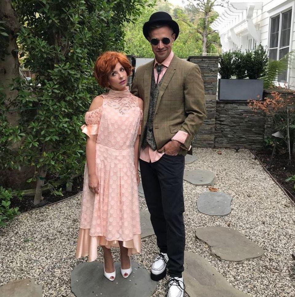 """Sarah Michelle Gellar undFreddie Prinze Jr. haben sich als """"Andie"""" und """"Duckie"""" aus dem Film """"Pretty in Pink"""" verkleidet."""