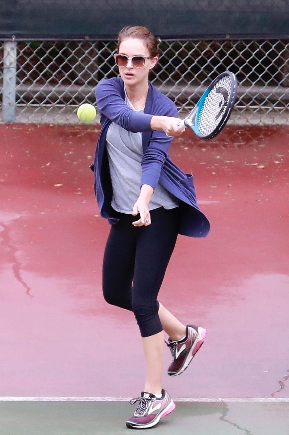 Eine gute Tennisstunde zu Halloween: Schauspielerin Natalie Portman glänzt mit vorbildlicher Vorhand - coole Sonnenbrille inklusive.