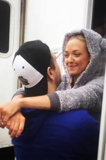 """29. Oktober 2017  """"Ich wünsche mir nur, du hättest mich früher gefunden"""", postet Schauspielerin Amanda Seyfried zu dem liebevollen Foto. Gemeint damit ist selbstverständlich Ehemann und Darsteller Thomas Sadoski."""
