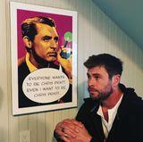 """27. Oktober 2017  """"Es ist war"""", postet Schauspieler Chris Hemsworth. Der """"Thor""""-Darsteller steht neben einem Plakat, auf dem der ehemalige Schauspieler Cary Grant abgebildet ist, dazu eine Sprechblase, in der steht: """"Jeder möchte Chris Pratt sein. Sogar ich möchte Chris Pratt sein."""""""