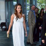 Während ihrer Schwangerschaft mit Töchterchen Haven im Juni 2011 zog Jessica Alba im romantischen Spitzenkleid schon alle Blicke auf sich