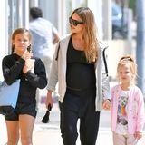 Drei sportliche Schönheiten beim Shoppen: Fernab vom roten Teppich zeigen sich Jessica Alba und ihre Mädchen Honor (l.) und Haven gerne ganz entspannt.
