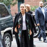Lässig im Asia-Style: So sportlich schick gekleidet zeigt Jessica ihre Babykugel in New York.