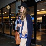 Im blau gestreiften Seiden-Jumpsuit mit langem Cardigan und passend blauem Mantel über dem Babybauch ist Jessica Alba am Flughafen von L.A. unterwegs.