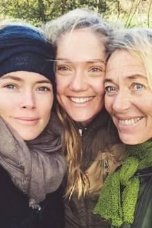 Supermodel Doutzen Kroes (l.), Schwester Rens und die Dame, der die beiden schönen Frauen ihr Aussehen zu verdanken haben: MutterGeartsje Leistra.