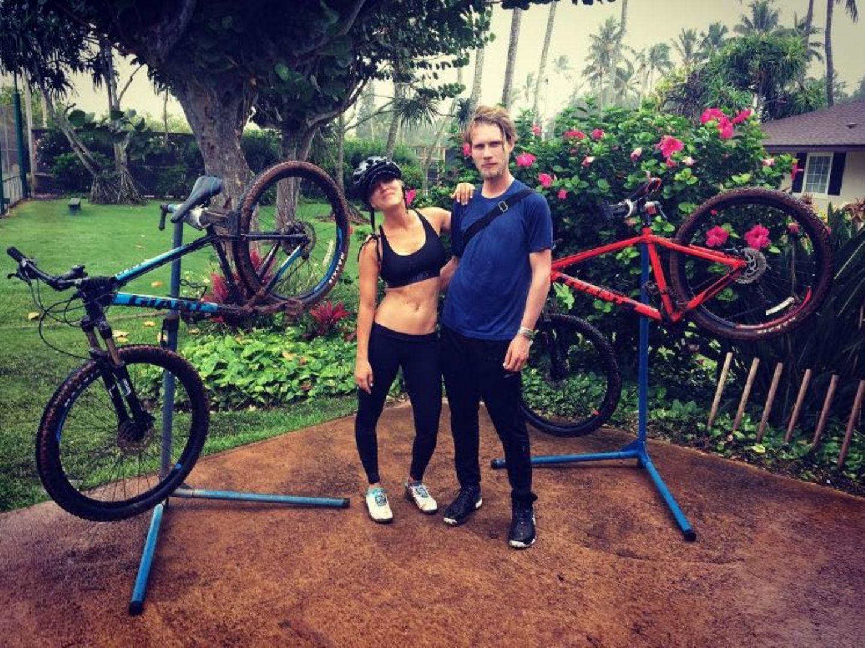 Ihr Liebster, Karl Cook, fordert sie gerne zu verschiedenen Abenteuern aus: Diesmal hat sich Schauspielerin Kaley Cuoco auf ein matschiges Mountainbike-Rennen eingelassen.