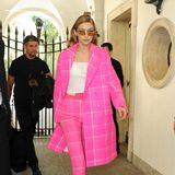 Mit diesem pinkfarbenen Karo-Ensemble sorgt Gigi Hadid während der Fashion Week in Mailand für Aufsehen.