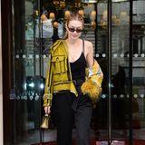 Wo soll man hier zuerst hinschauen? Auf Gigi Hadids senfgelbe Hingucker-Jacke, ihre kühle Schulter oder die mit Gold-Quasten besetzten Schuhe?