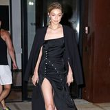 Bei Gigi Hadid geht's hoch her! Das hochgeschlitzte, schwarze Designer-Kleid von Paco Rabanne setzt ihre Model-Beine perfekt in Szene.