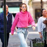 Gigi Hadid probiert gerne mal gewagtere Looks aus, wie hier der pink-wollige Blickfang mit Fetzen-Jeans und Schuhen im plüschigen Schlappen-Looks.