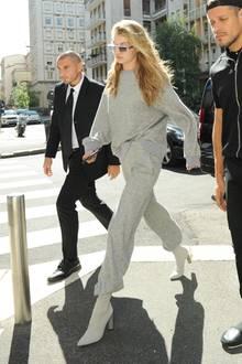 Ein Jogging-Outfit in Grau? An Gigi Hadid sieht das sogar ziemlich sexy aus. Besonders mit ihren weißen Boots im Sixties-Look.