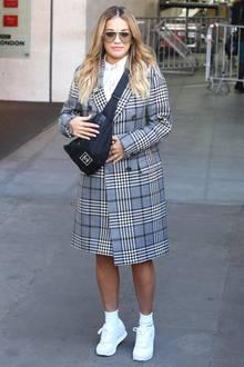 Sängerin Rita Ora weiß, wie es geht. Ihre Chanel-Gürteltasche trägt sie quer über der Schulter