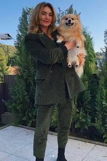 """""""Meine zwei Lieblings-Girls"""", postet Stefanie Giesinger. Die ehemalige GNTM-Gewinnerin meint damit ihre attraktive und ganz schön jung gebliebene Mutter und Hund Lissi."""