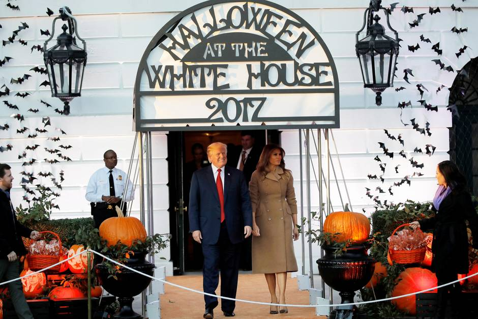 Halloween 30 Oktober.Donald Trump Skurriler Auftritt Mit Dinosaurier An