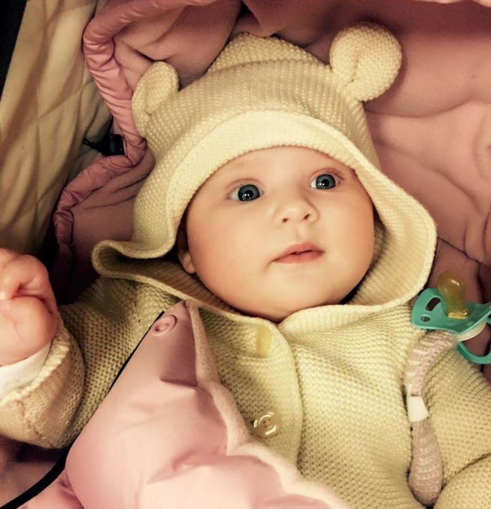 1. November 2017  Endlich zeigt TV-Star Caroline Beil ihr Töchterlein Ava: Die 50-Jährige kann sich über ein herzerweichend putziges Baby freuen.