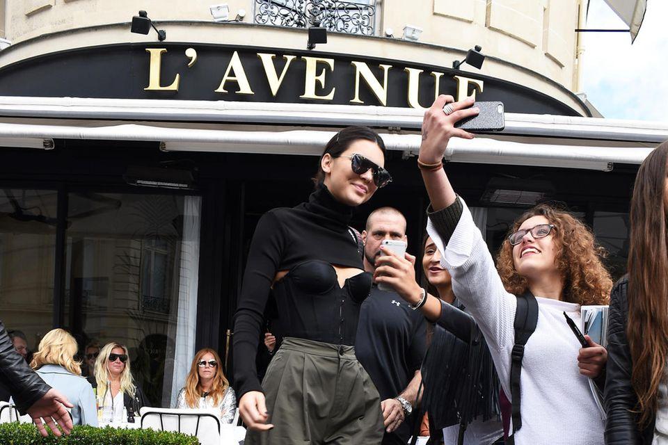 """Auch Topmodel Kendall Jenner bevorzugt den Lunch im """"L'Avenue"""" und steht Fans für ein Selfie zur Verfügung"""