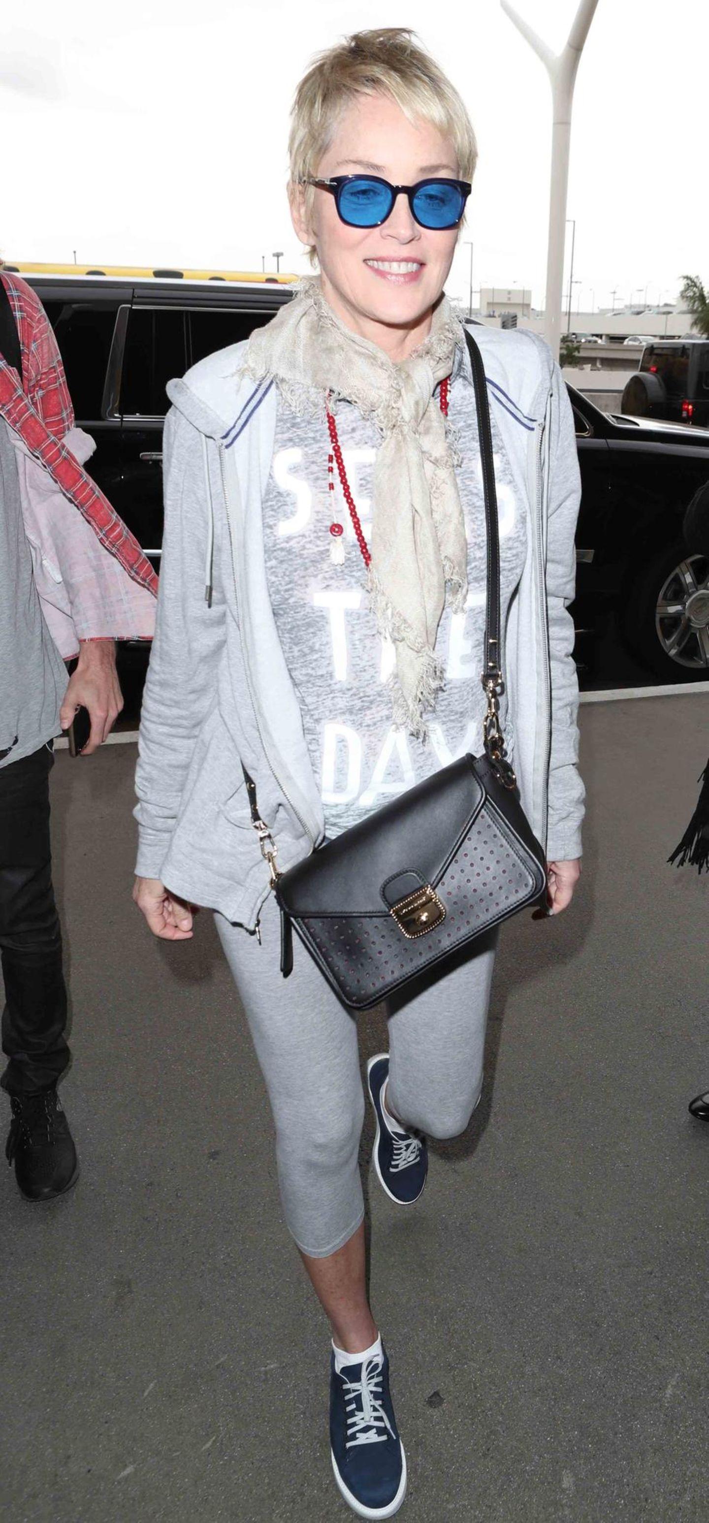 """1. November 2017  Blau macht glücklich: Eine bestens gelaunte, mit coolen, blauen Brillengläsern ausgestattete Sharon Stone wird am Flughafen """"LAX"""" in Los Angeles abgelichtet."""