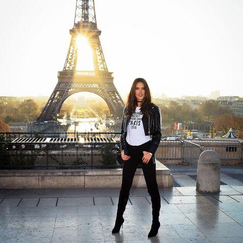Alessandra Ambrosio vorm Eiffelturm