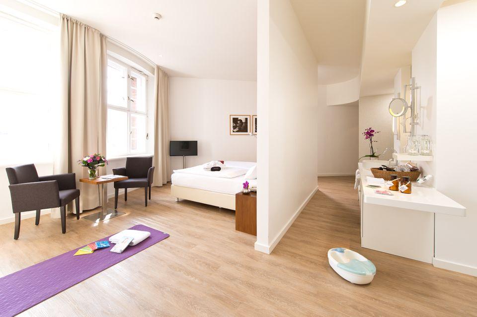 """Platz für Sie! Im stylischen """"Ellington Hotel Berlin"""" können Sie es sich als Gewinnerin bequem machen und mal so richtig ausspannen"""