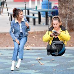 2. November 2017  Gemeinsam mit einer Freundin amüsiert sich Selena Gomez in einem Park in Burbank, Los Angeles...