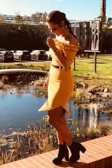 Bei diesem Anblick wird unsere Sehnsucht nach den warmen Sommermonaten direkt noch größer. Sarah Lombardi strahlt in Berlin in diesem figurbetonten gelben Off-Shoulder-Kleid im Rahmen eines Shootings. Auf Facebook teilte sie gleich mehrere Bilder und ein besonderes Detail fällt uns beim Anblick der Sängerin direkt ins Auge...
