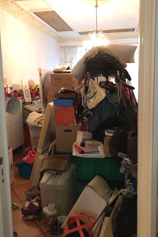 """Um Gotteswillen! Was ist denn hier passiert? Natascha Ochsenknecht hat das Foto des vollgestopften Raums gepostet, mit den Worten: """"Weitermachen um fertig zu werden."""" Wir wünschen der Schauspielerin viel Spaß beim Aufräumen und hoffen, dass sie genügend Hilfe bekommt."""