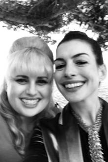 """Rebel Wilson und Anne Hathaway  Anne Hathaway überhäuft ihre Schauspielkollegin Rebel Wilson aus dem neuen Streifen """"Nasty Woman"""" mit Komplimenten. Sie nennt den Comedian auf Instagram nicht nur """"lustig und talentiert"""", sondern bezeichnet die spaßige Blondine auch als Freundin."""