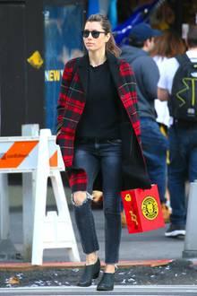 Im roten Karomantel zur Jeans ist Jessica Biel nicht nur warm angezogen, sondern im New Yorker Straßenverkehr auch nicht zu übersehen.