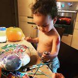 1. November 2017  Mama Chrissy Teigen hat Luna beim Kürbis bemalen vorsorglich die Kleider ausgezogen, denn wie vermutet landet die Farbe nicht immer da wo sie sollte.