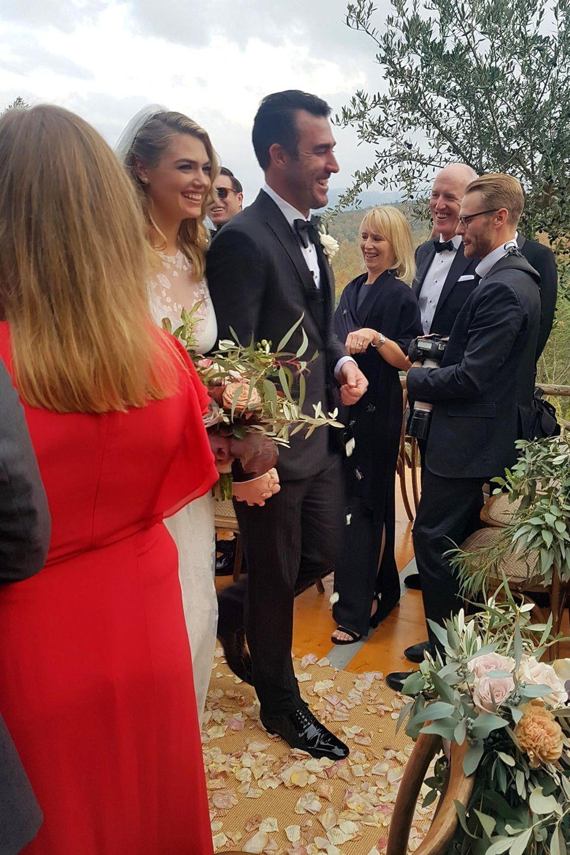 4. November 2017  Die Trauung hat im engsten Freundes- und Familienkreis stattgefunden. Nach der Zeremonie strahlt das glückliche Brautpaar über das ganze Gesicht.