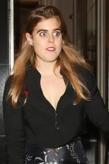 Huch! Wieso schaut Prinzessin Beatrice, die Tochter von Prinz Andrew und Sarah Ferguson, denn so entsetzt? Womöglich erwecken ihre sehr stark betonten Augenbrauen auch nur den Anschein. Für gewöhnlich stylt die Prinzessin von York ihre Brauen nämlich etwas natürlicher.