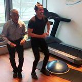 Topfit mit 96 Jahren:Jorge Gonzalez und sein VaterGudelio zeigen, dass der perfekte Hüftschwung keine Frage des Alters ist. Im Fitnessstudio legen die zwei ein kleines Tanzworkout hin und wir sind einfach nur begeistert.