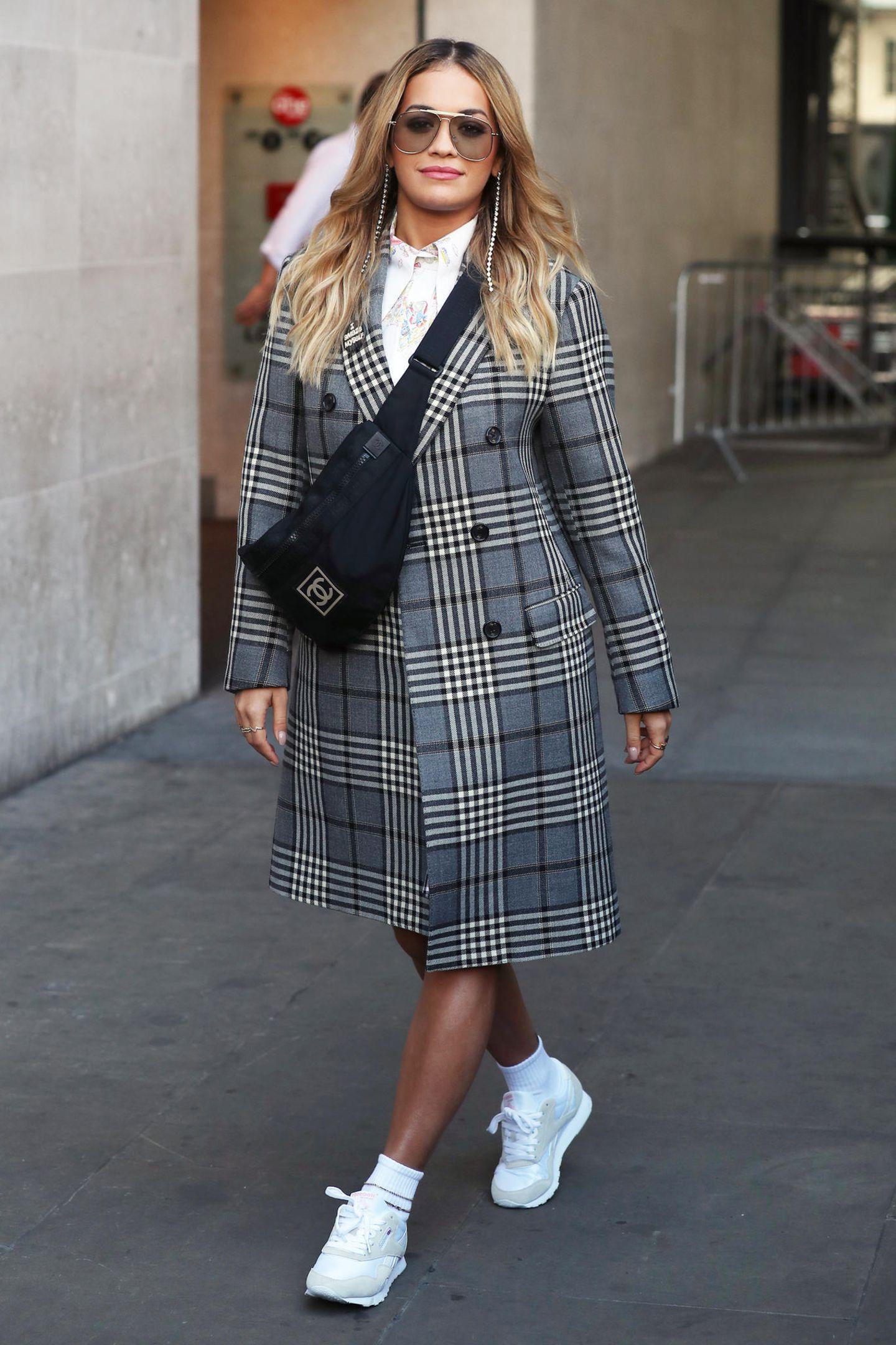 """Rita Ora ist nicht der einzige Star, der aktuell mit diesem karierten Oversize-Doppelreiher von """"Fay"""" unterwegs ist. Auch in Hollywood scheint dieses Modell sehr beliebt zu sein..."""