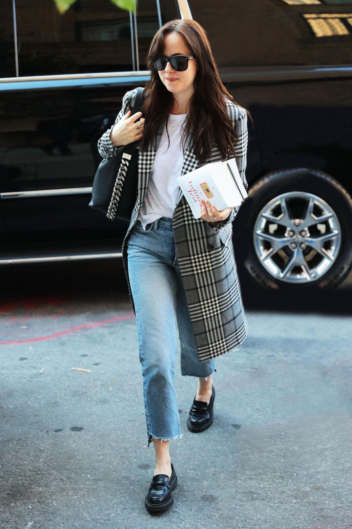 """Auch """"Fifty Shades of Grey""""-Star Dakota Johnson hält sich mit dem Wollmantel des Labels."""