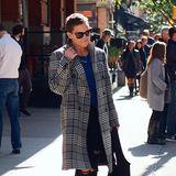 Dakotas Schauspiel-Kollegin Kate Hudson schlendert ebenfalls mit dem hochwertigen Mantel für 1.250 Euro durch die Straßen. Da Karos absolut zeitlos sind, wird sich Kate auch noch im nächsten Herbst an ihm erfreuen können. In einen zeitlosen Mantel kann man daher bedenkenlos auch mal ein bisschen mehr investieren.